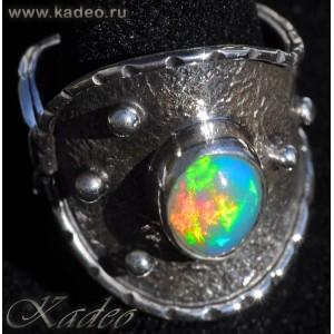 Дизайнерское кольцо с натуральным эфиопским ОПАЛОМ в серебре