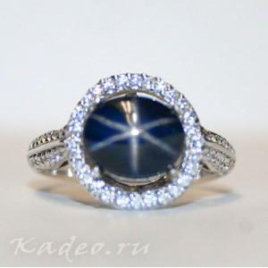 Кольцо с синим Звездчатым САПФИРОМ и ТОПАЗАМИ. Золото, серебро, размер 18,75