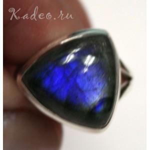 Кольцо серебряное с загадочным Черным Лунным камнем - ЛАБРАДОРОМ, синее сияние, р. 17
